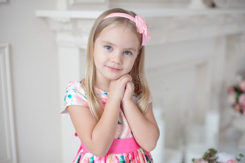 握她的手的甜小女孩在她的下巴下 免版税库存图片