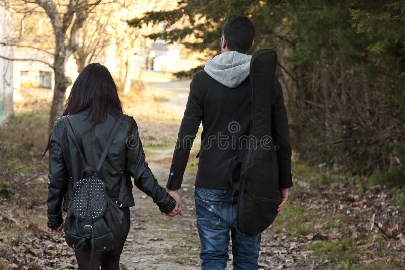 握她的手的年轻夫妇 库存照片