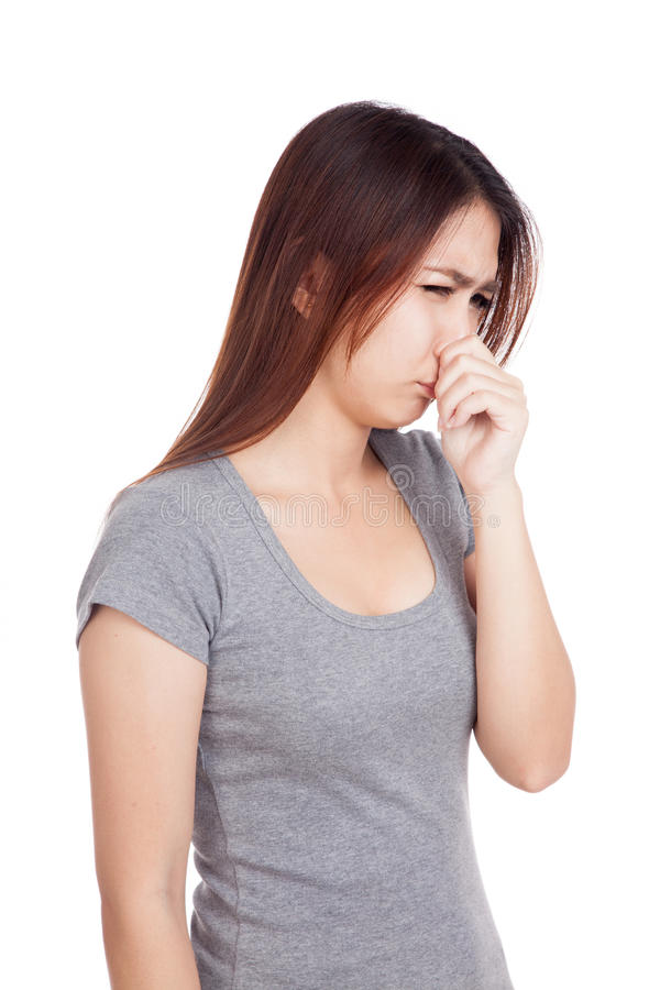 握她的鼻子的年轻亚裔妇女由于难闻的气味 图库摄影