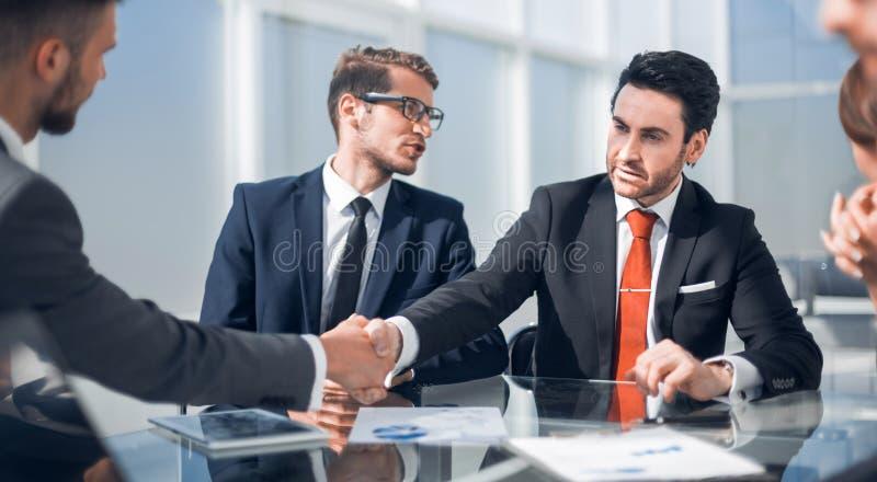 握手书桌的商务伙伴 免版税库存照片