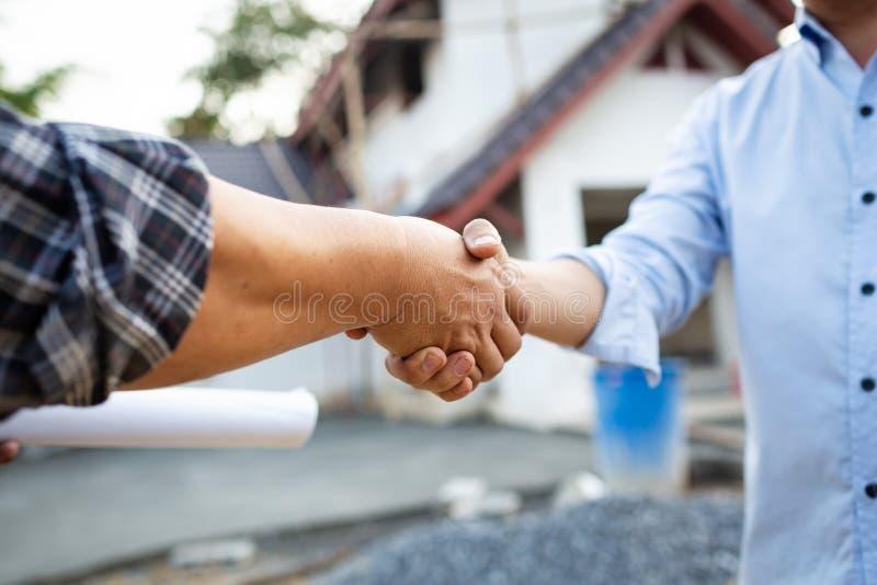 握手合作协议工程师的 图库摄影
