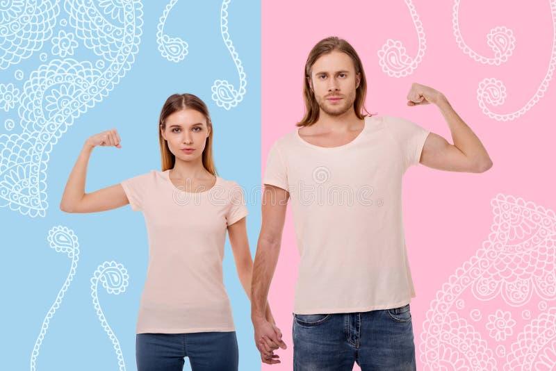 握手和显示他们强的肌肉的好的夫妇 图库摄影