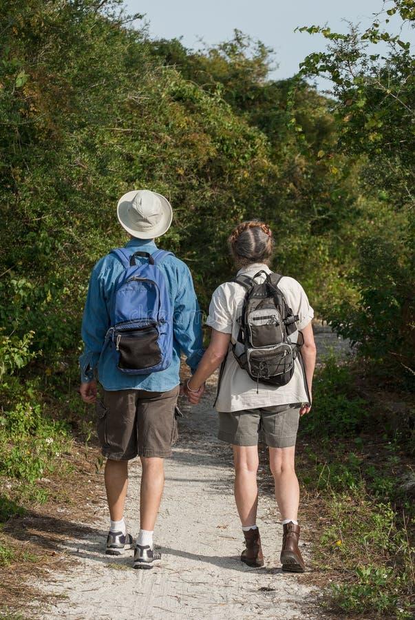 握手和远足在自然t的成熟夫妇 库存图片