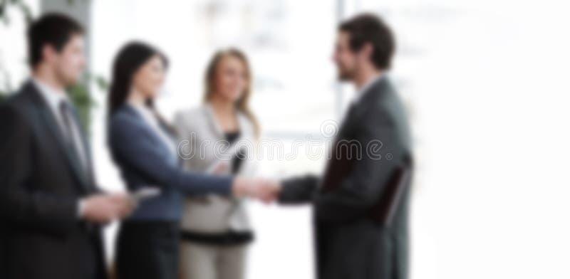 ?? 握手商务伙伴在一个现代商业中心 免版税库存照片