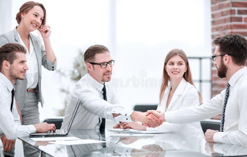 握手商务伙伴在交涉结束时 图库摄影