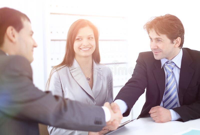 握手商务伙伴在工作场所 库存图片