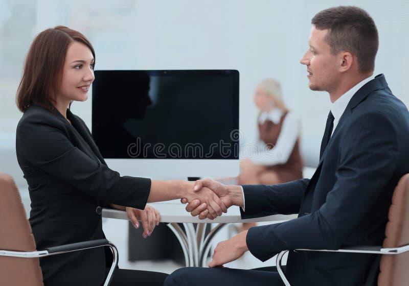 握手商务伙伴在谈判桌上 免版税库存图片