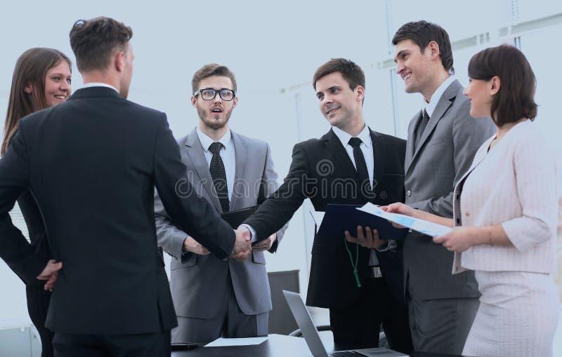 握手在业务会议前的商务伙伴 免版税库存图片