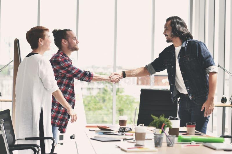 握手在协议的两个商人在偶然事务 免版税库存图片