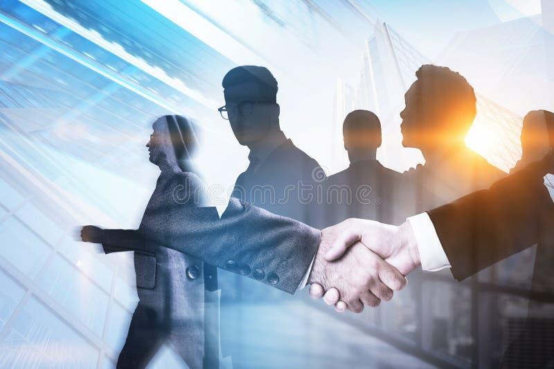 握手在城市,企业队概念 免版税库存图片