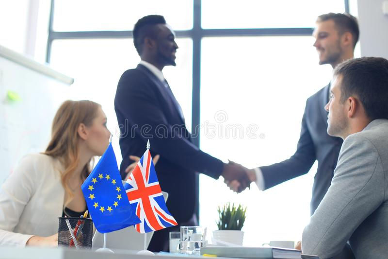 握手在成交协议的欧盟和英国领导 Brexit 库存图片