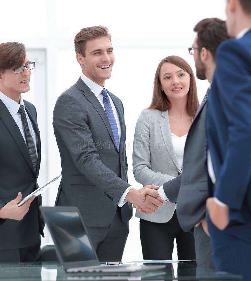 握手在签合同以后的商务伙伴 免版税库存照片