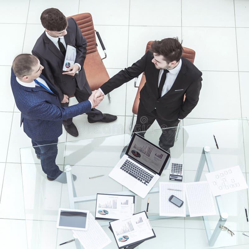 握手在考虑一个新的财政协议前的商务伙伴 免版税库存图片