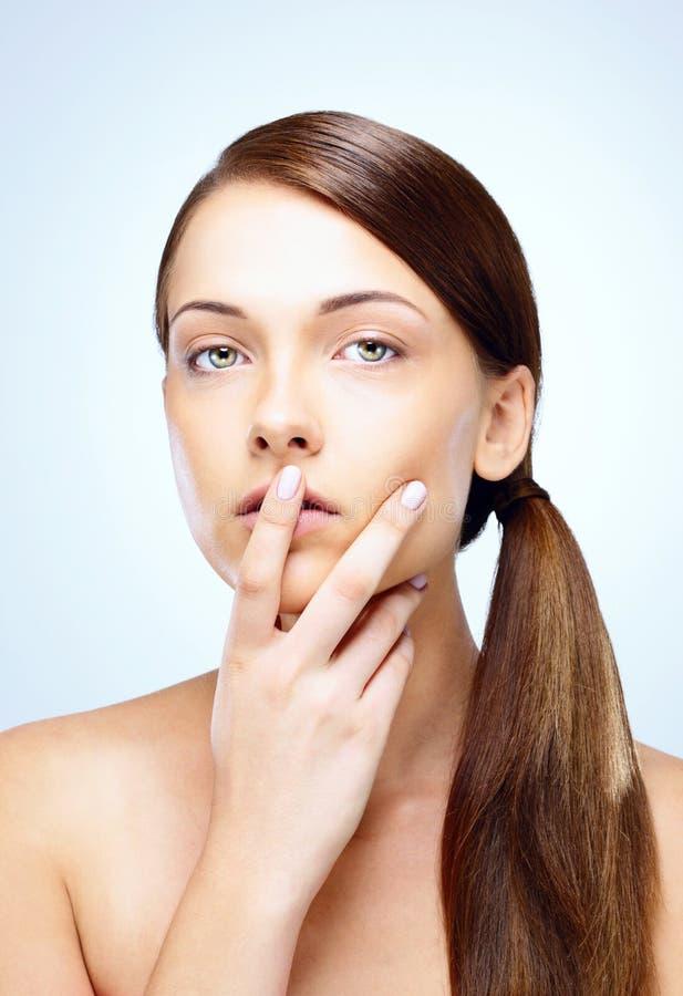 握手指的妇女对她的嘴唇 图库摄影