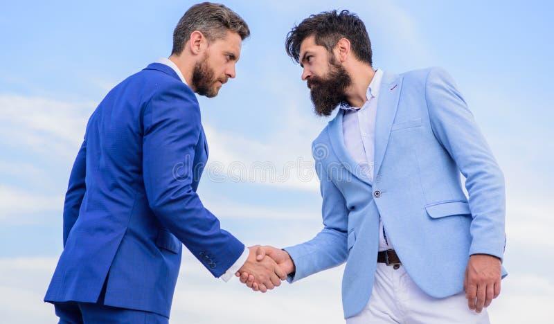 握手标志成功的成交的企业家 商务伙伴证实的成交交易 人正式衣服 库存图片