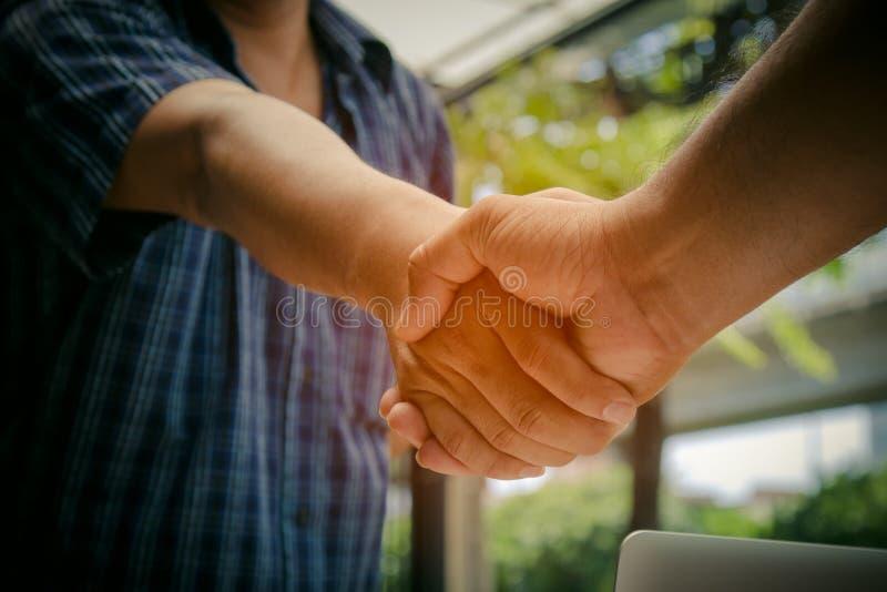 握手的两个商人在合同会议以后 库存图片