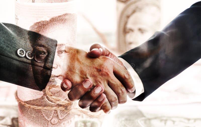 握手的两个商人在成功的交涉以后 商业和财政联系的概念 免版税库存图片