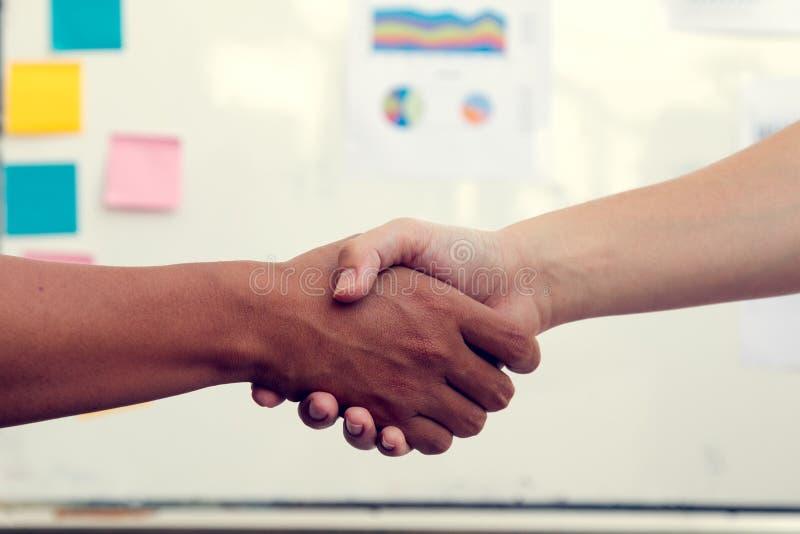握手的两个商人在接受以后 免版税库存图片