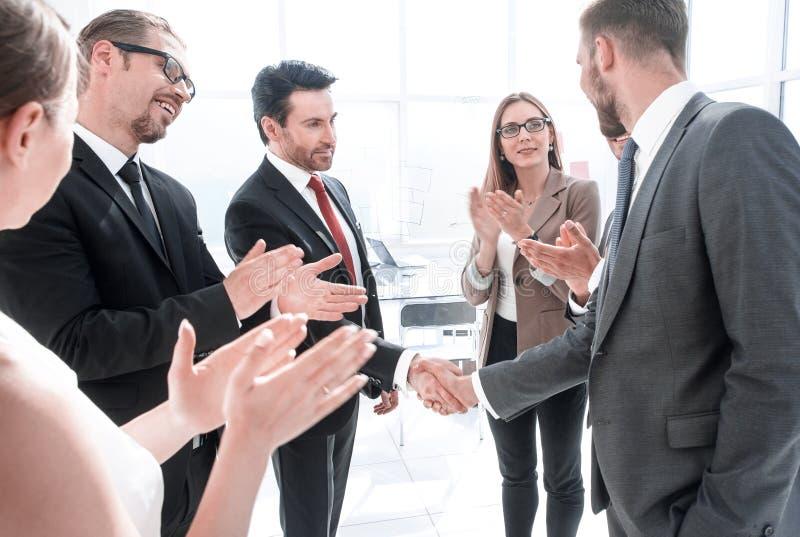 握手的两个商务伙伴作为协议在见面以后 免版税图库摄影