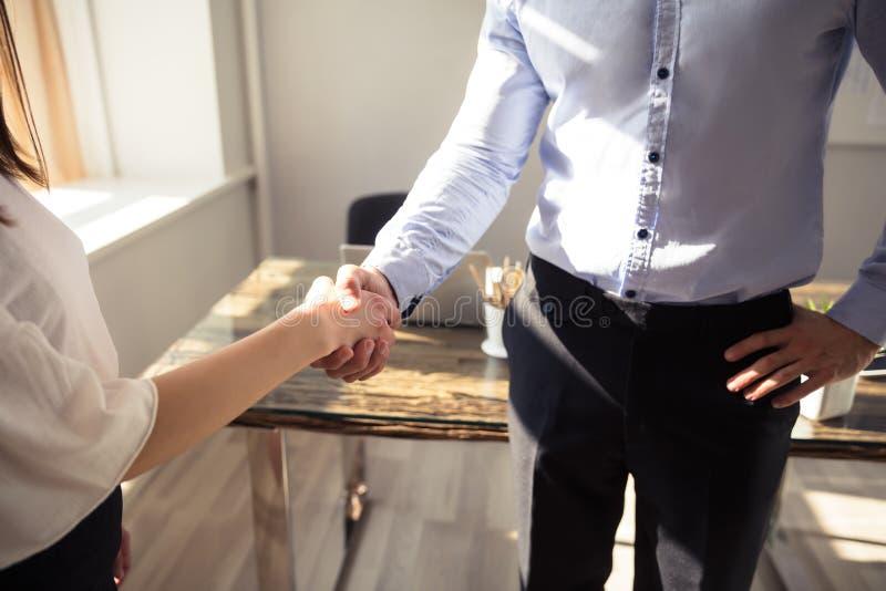 握手的两买卖人 免版税库存图片