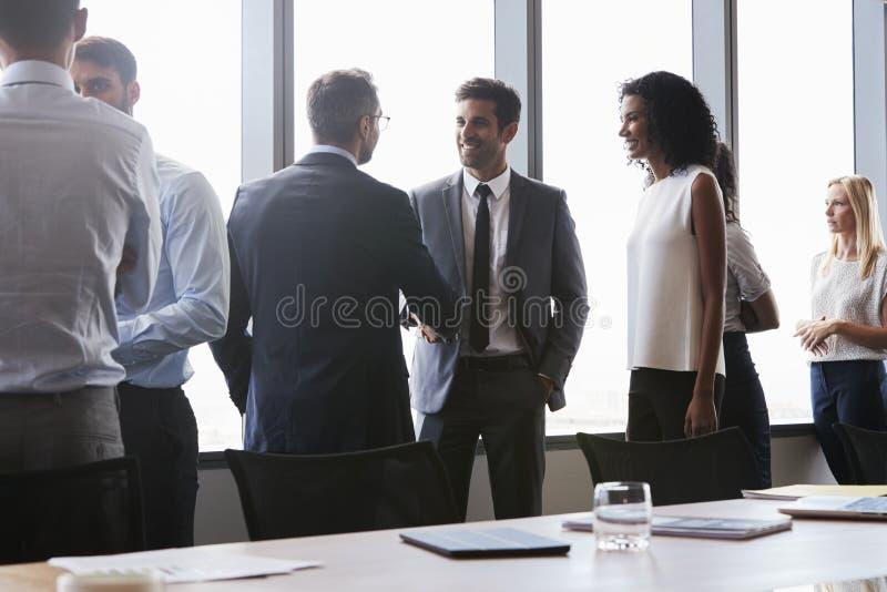握手的买卖人在见面前在会议室里 免版税库存图片