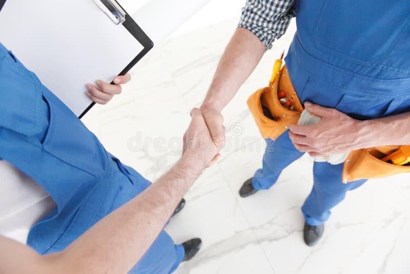 握手的二名建筑工人 库存照片