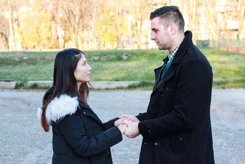 握手的人种间夫妇室外 免版税库存照片