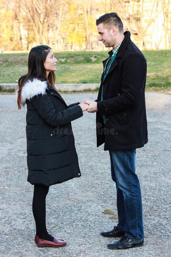 握手的人种间夫妇室外 库存图片