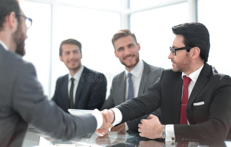 握手的企业手坐在办公室Des 免版税图库摄影