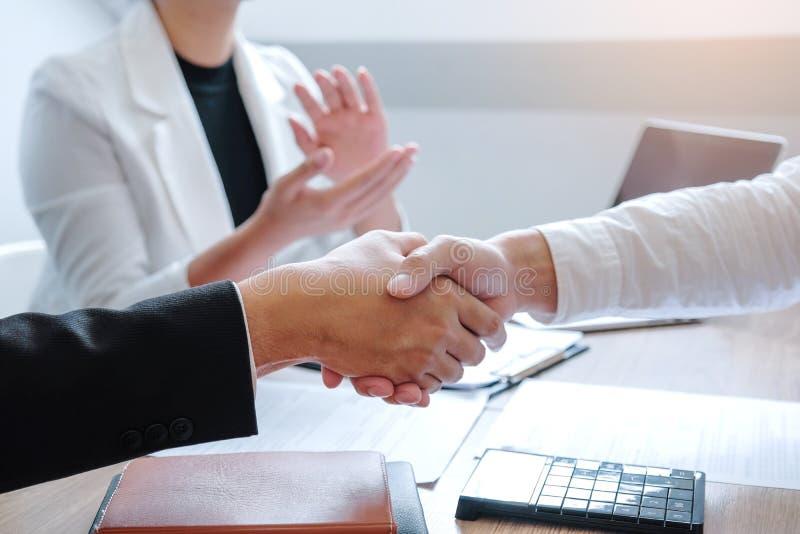 握手的企业队在一个见面的计划的战略分析概念期间 免版税库存图片