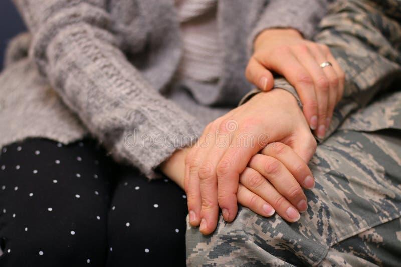 握手的军事夫妇 库存图片