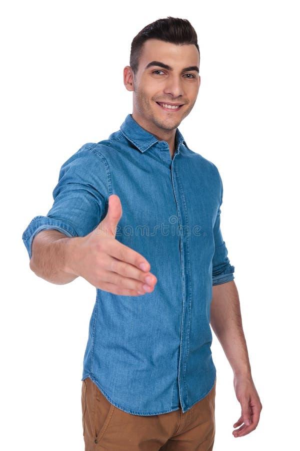 握手的可爱的偶然人画象,当站立时 免版税图库摄影