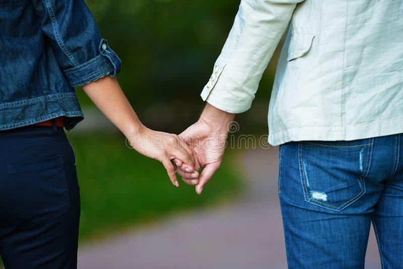 握手的可爱的夫妇 免版税库存照片
