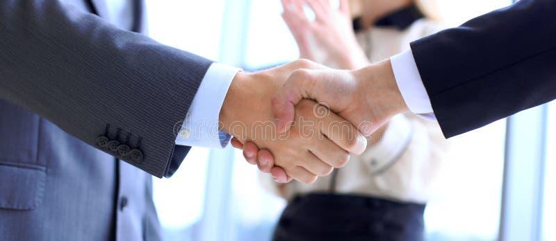 握手的商人作为协议的标志 球尺寸三 图库摄影