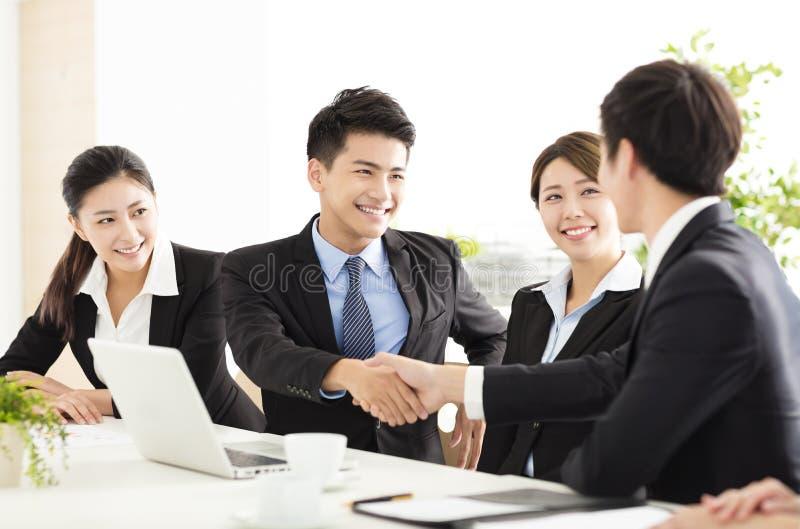 握手的商人在会议期间 库存照片