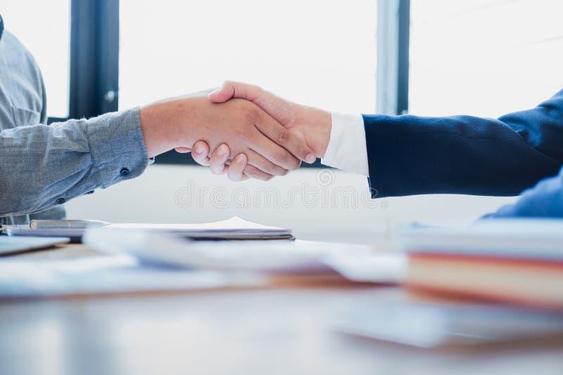 握手的商人在候选会议地点,成功的成交在见面以后 免版税库存图片