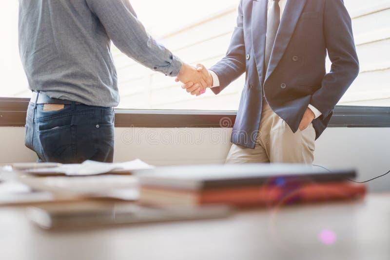 握手的商人在候选会议地点,成功的成交在见面以后 图库摄影