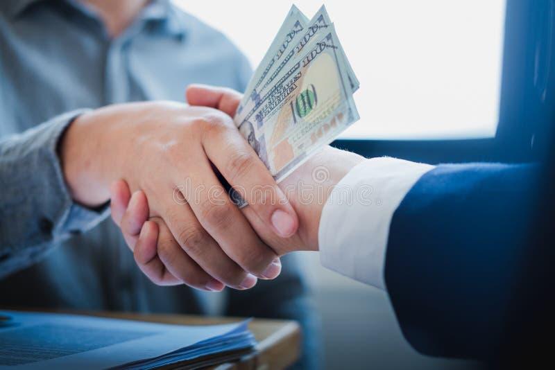 握手的商人在候选会议地点,成功的成交在见面以后 Coruptions概念 库存照片