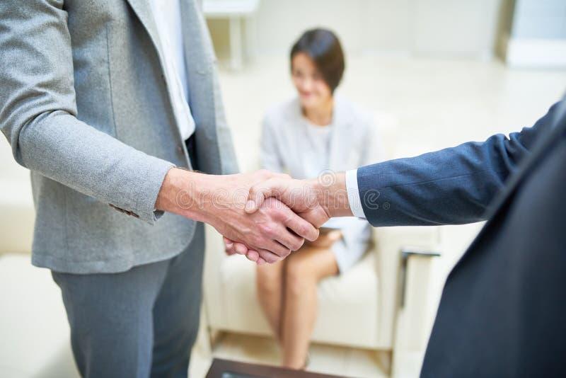 握手的商人紧密  免版税库存图片
