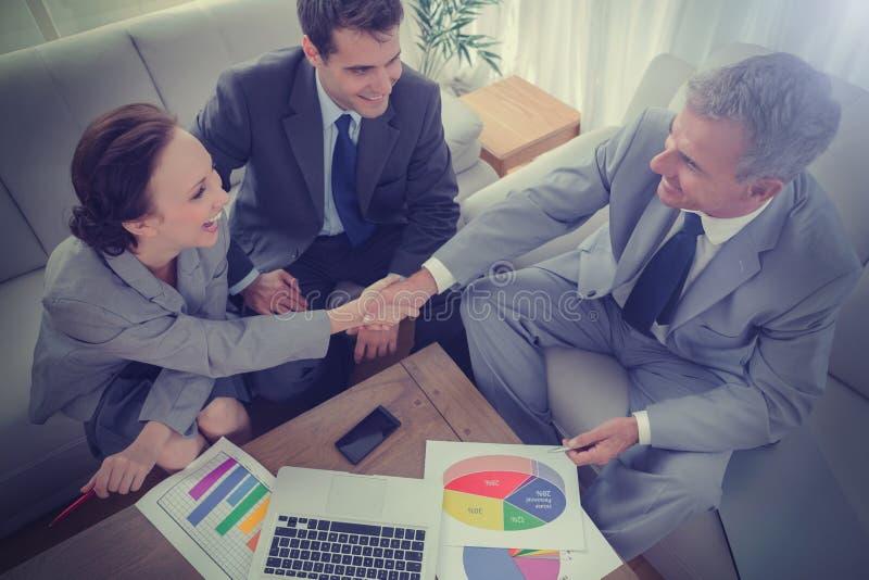 握手的商人,当工作时 向量例证