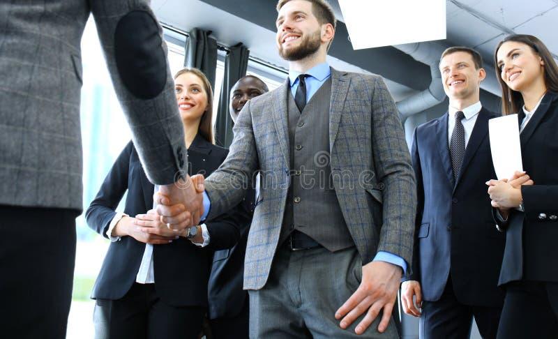 握手的商人,结束会议 免版税库存图片