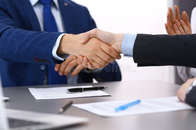 握手的商人,结束纸签字 会议,合同和律师咨询的概念