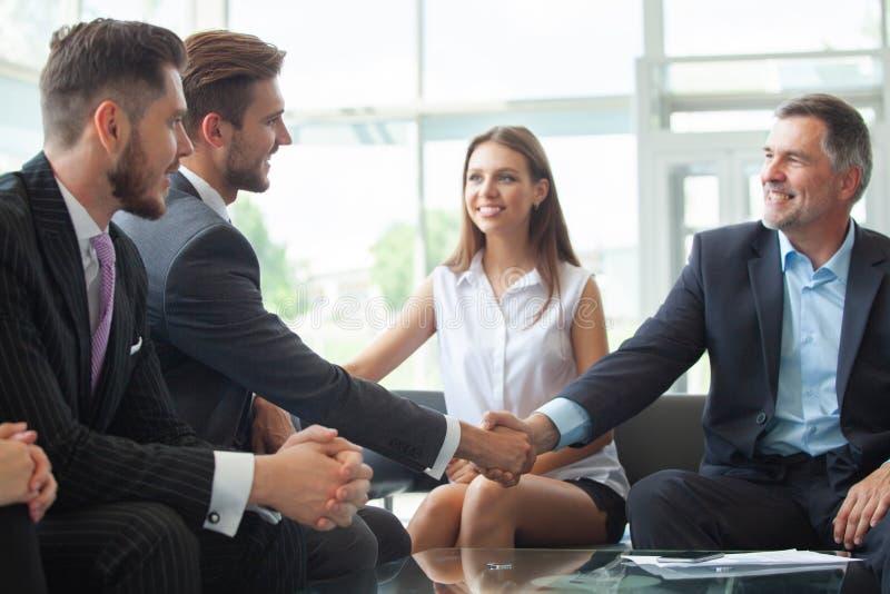 握手的商人,结束meetingHandshake企业概念 免版税库存照片