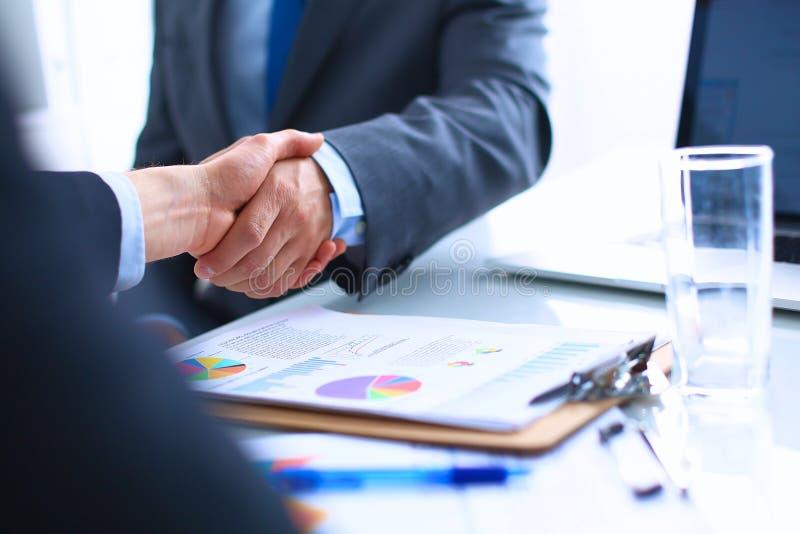 Download 握手的商人,结束a 库存图片. 图片 包括有 远期, 专业人员, 交易, 领导先锋, 会议, 玻璃, 消息 - 62527307