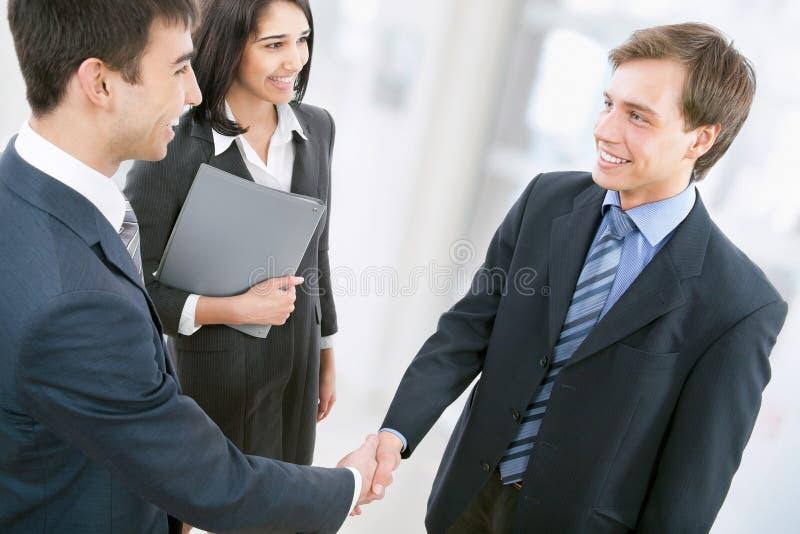 握手的商人 免版税库存图片