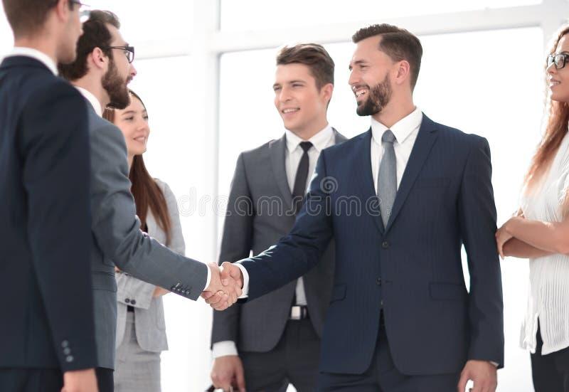 握手的商务伙伴作为团结的标志 免版税图库摄影