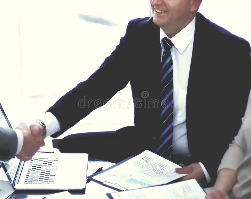 握手的商务伙伴在业务会议期间 免版税库存照片
