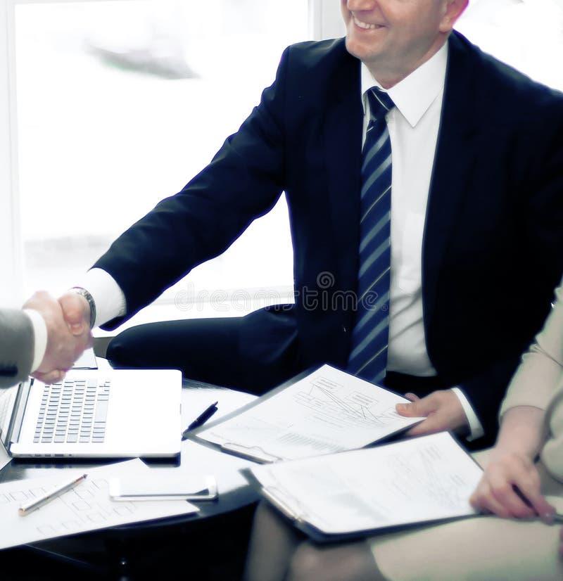 握手的商务伙伴在业务会议期间 免版税图库摄影