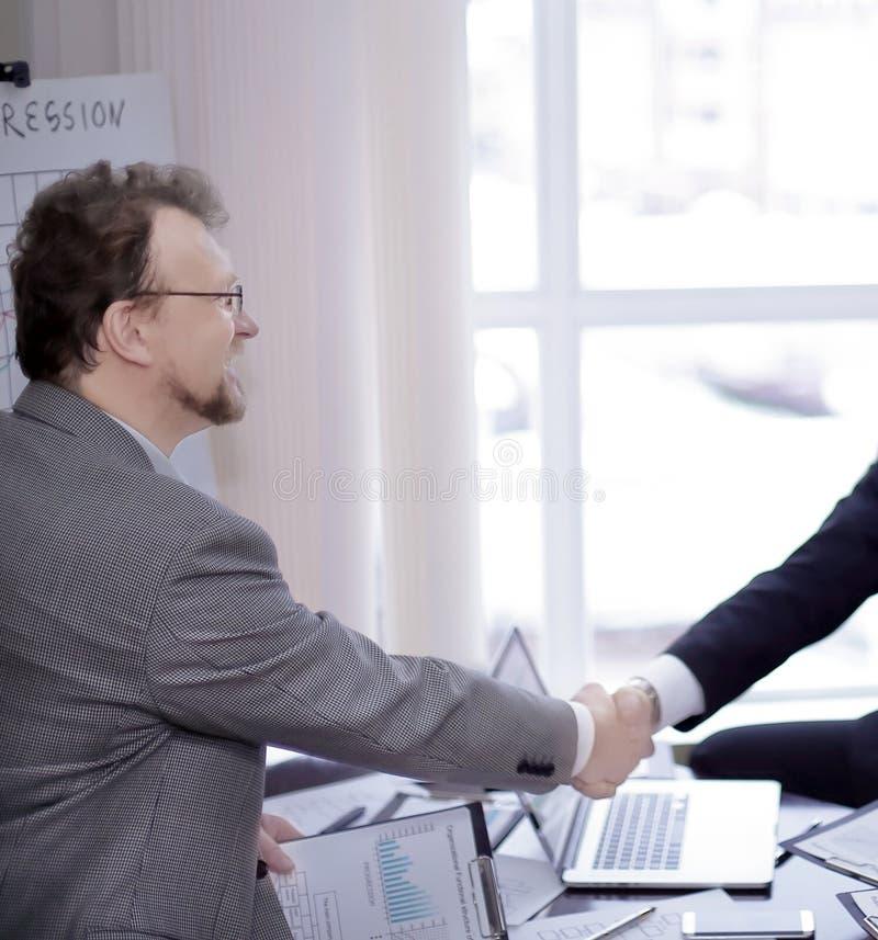 握手的商务伙伴在业务会议期间 免版税库存图片