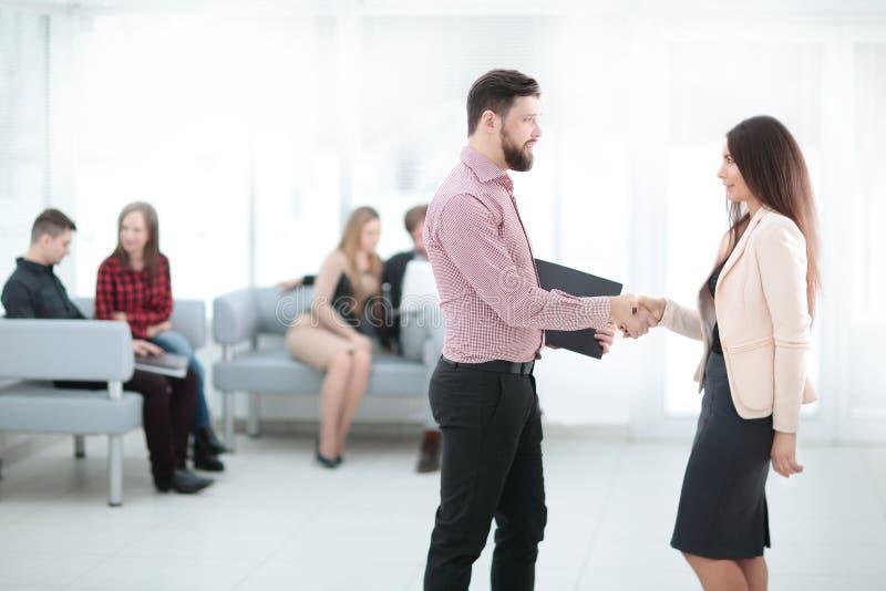 握手的商务伙伴在会议厅里 库存图片